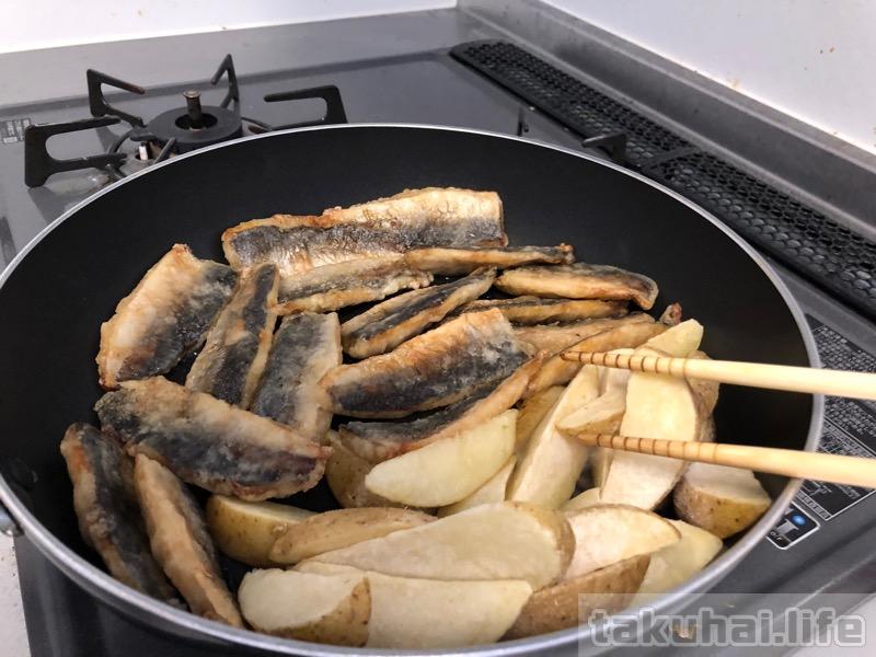 冷凍してあったポテトとアジをフライパンで炒める
